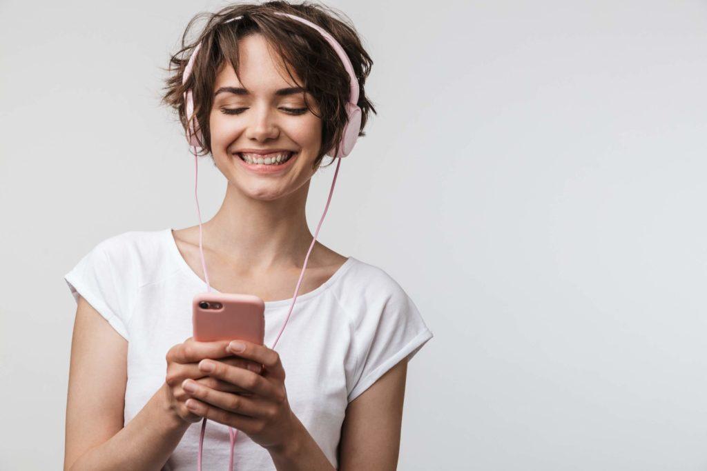 Kvinde lytter på sin smartphone