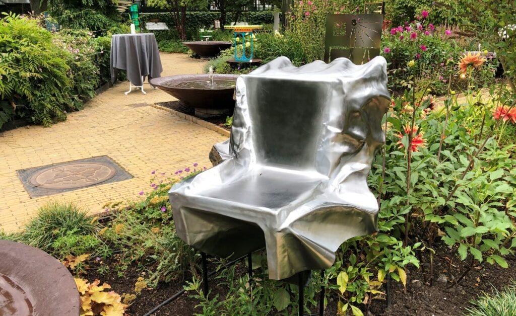 Anders Henckel fortæller om Sløret stol, der er lavet til Snedkernes Efterårsudstilling 2020 i Tivoli.
