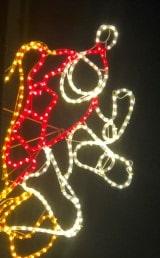 Fire nye rensdyr og en julemand lyser op til jul